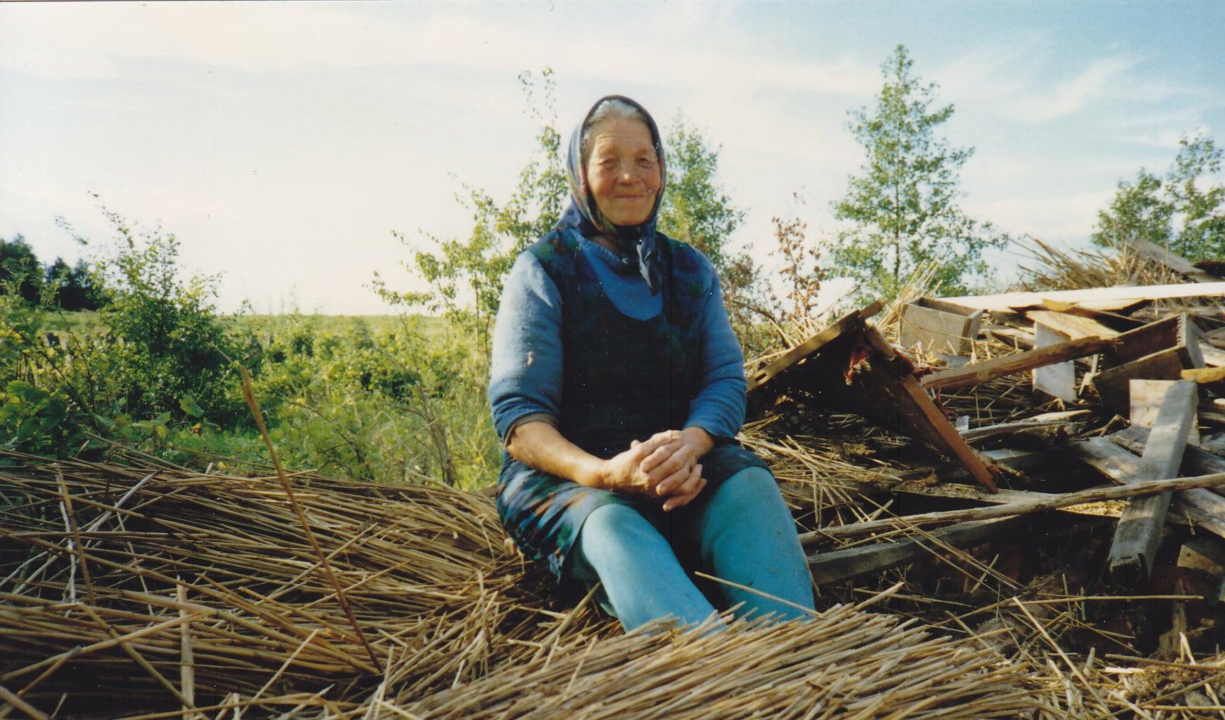 Erdmute Gerolis auf den Trümmern ihres Hauses in der Moorkolonie Bismarck