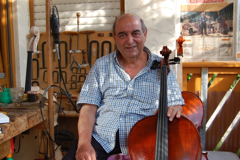 Der Geiger und Geigenbauer Schmitto Kling in seiner Werkstatt