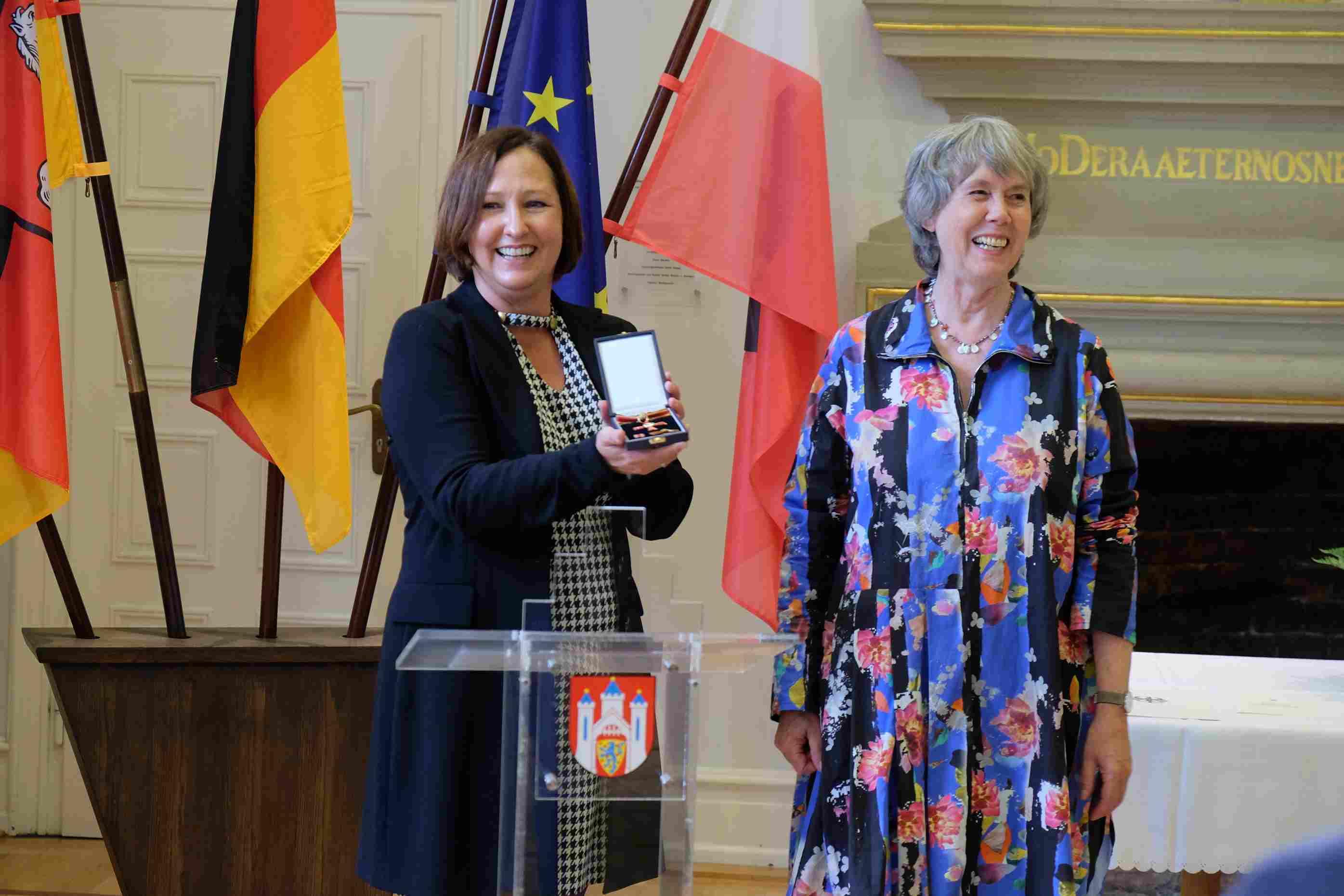Ulla Lachauer erhält das Bundesverdienstkreuz im Lüneburger Rathaus